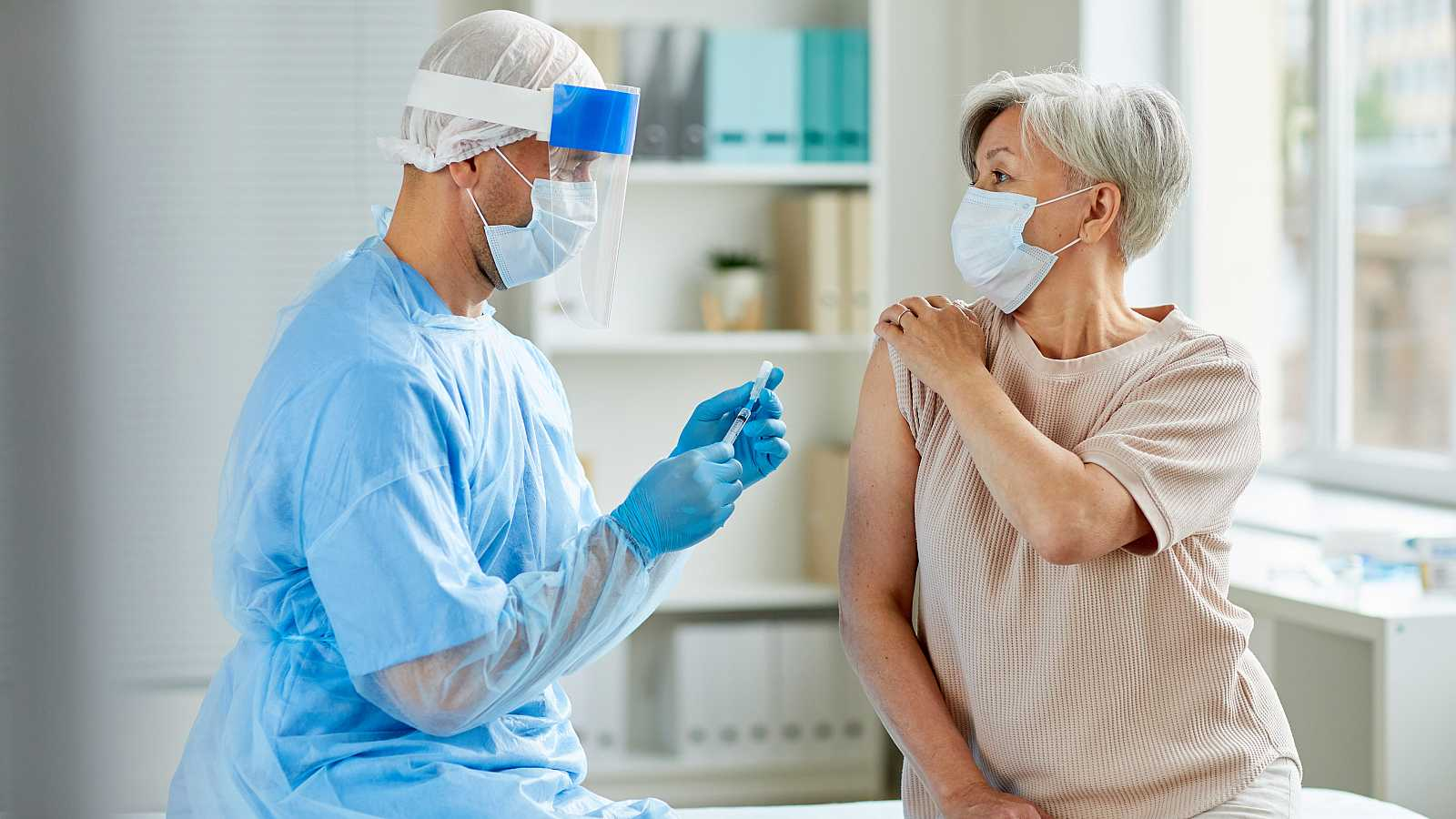 COVID-19: comienza la inscripción para vacunar a mayores de 60 años